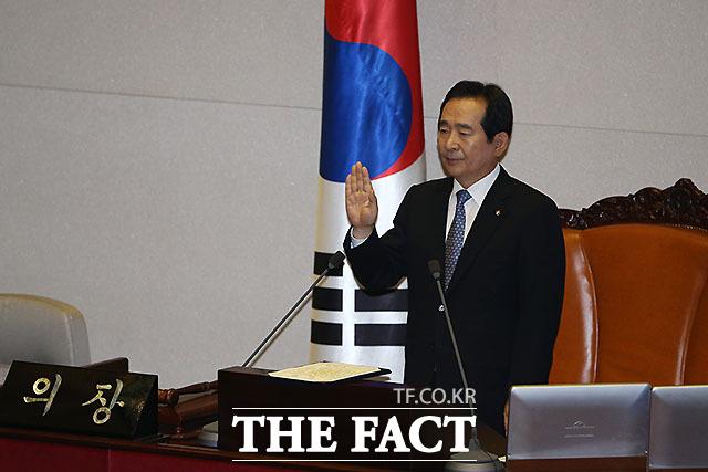 13일 오전 서울 여의도 국회에서 열린 제20대 국회 개원식에서 정세균 국회의장이 선서를 하고 있다./국회=임영무 기자