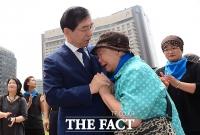 [TF포토] 발달장애 부모, 서울시청 장기농성 끝내...'박원순 시장 현장 찾아 위로'
