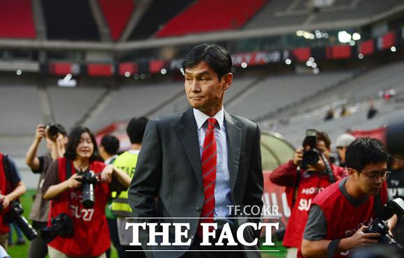 고별전서 감회 어린 표정으로 경기장을 둘러보는  최용수 감독.