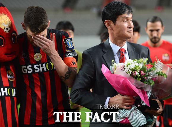 서울 최용수 감독이 고별식을 갖고 있는 가운데 주장 오스마르가 눈물을 흘리고 있다.