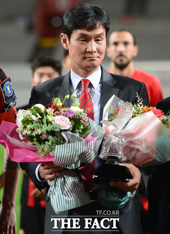 고별식을 가진 서울 최용수 감독이 꽃다발을 받고 있다. 시즌 중 감독의 고별식은 이례적이다.
