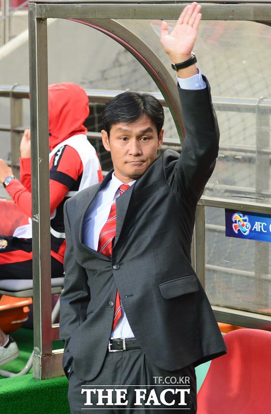 FC 서울 최용수 감독이 고별전에서 팬들에게 손을 흔들어 주고 있다.