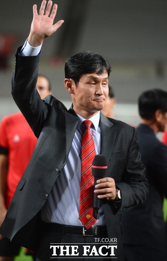 고별식을 가진 서울 최용수 감독이 팬들에게 손을 흔들어 주고 있다.