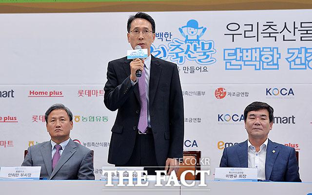 이갑수 체인스토어협회 회장 겸 이마트 대표이사(가운데)