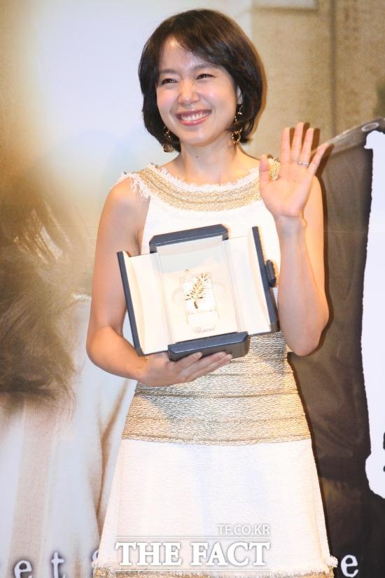 영화 밀양으로 칸 국제영화제 여우주연상을 수상한 배우 전도연.  배우 전도연이 영화 밀양으로 제60회 칸 국제영화제에서 여우주연상을 수상한 후 국내에서 열린 기자간담회에 참석했다. /더팩트 DB