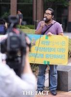 [TF포토] 리쌍 건물 세입자, '개리 집 앞 시위…강제철거에 분노'