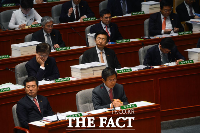 국회 예결위 전체 회의에선 쪽잠을?