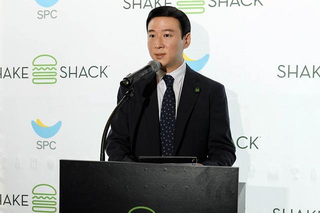 허영인 SPC그룹 회장의 차남 허희수 마케팅전략실장이 쉐이크쉑 한국 1호점 오픈을 앞두고 19일 열린 미디어 행사에 직접 나와 설명을 하고 있다. /SPC그룹 제공
