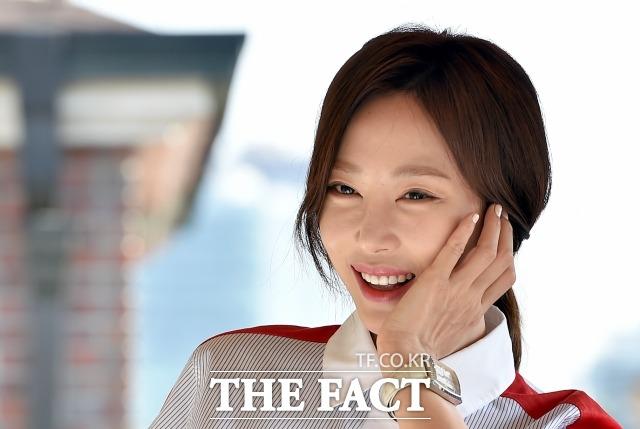 미소가 아름다운 배우 강예원. 배우 강예원이 더팩트와 인터뷰에 앞서 포즈를 취하고 있다. /이새롬 기자
