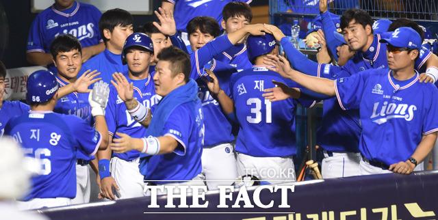 삼성 이지영과 최재원이  6회 2사 1, 2루서 구자욱의 2타점 3루타 때 득점에 성공하자 동료들의 환영을 받고 있다.