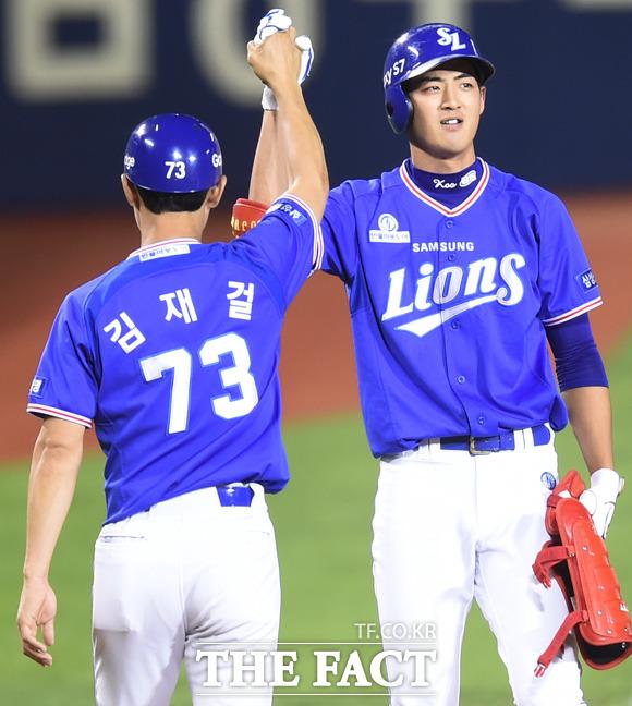 삼성 구자욱이 6회 2사 1, 2루서 2타점 3루타를 터뜨린 뒤 김재걸 코치와 하이파이브를 나누고 있다.