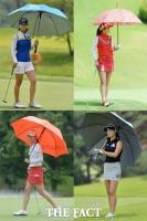 [TF사진관] '태양을 피하고 싶어요'…폭염 속 'KLPGA 우산 패션쇼!'