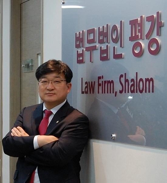 법무법인 평강 최득신 대표변호사(사진)는 인터파크 개인정보유출 사건과 관련 공익 차원에서 소송비용을 최소화한 7700원에 소송을 제기하기로 했다고 밝혔다. /평강 제공