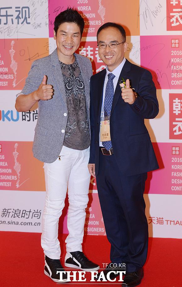 배우 이상인(왼쪽)과 두정국 한두이서 부회장