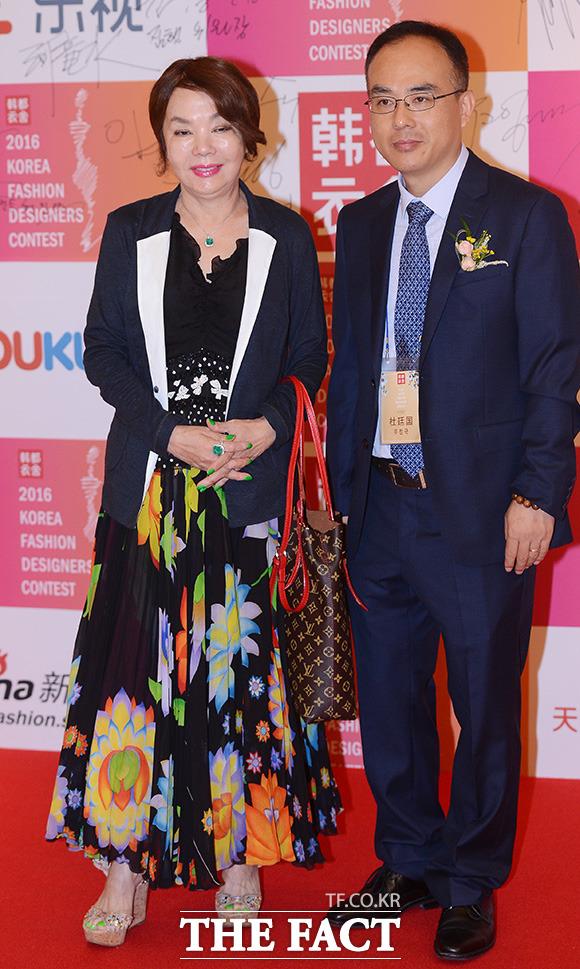 배우 김수미(왼쪽)와 두정국 한두이서 부회장
