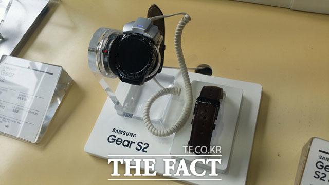 삼성전자가 다음 달 1일 독일 베를린에서 스마트워치 신제품 '기어S3'를 공개한다. 사진은 지난해 9월 출시된 '기어S2'. /이성락 기자