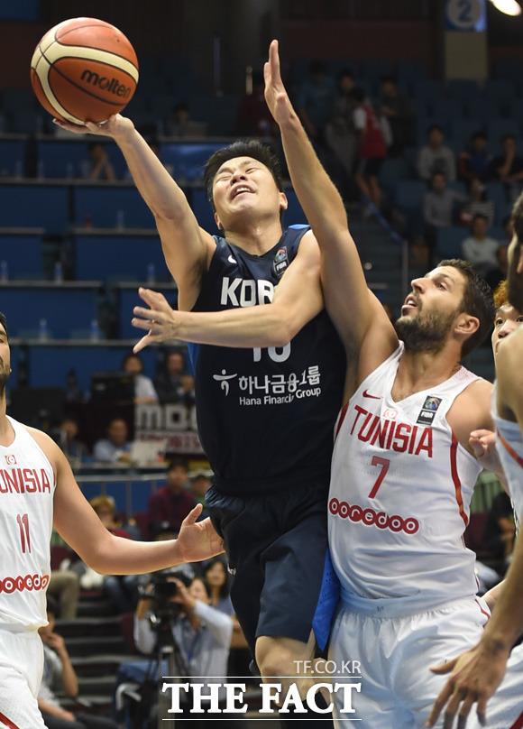 한국 조성민이 튀니지 골밑에서 슛을 성공시키고 있다.