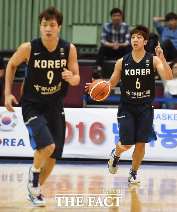 한국 허웅-훈 형제가 공격을 시도하고 있다.