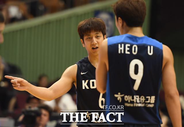 허웅-훈 형제가 경기 중 작전을 상의하고 있다.