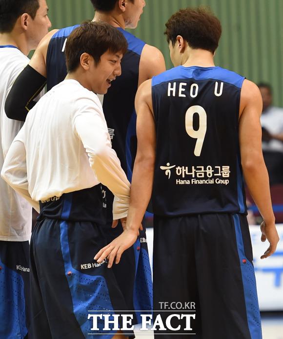 한국이 99-72로 튀니지를 완파한 가운데 허웅-훈 형제가 경기 종료 후 표나지 않게 살짝 하이파이브를 하고 있다.