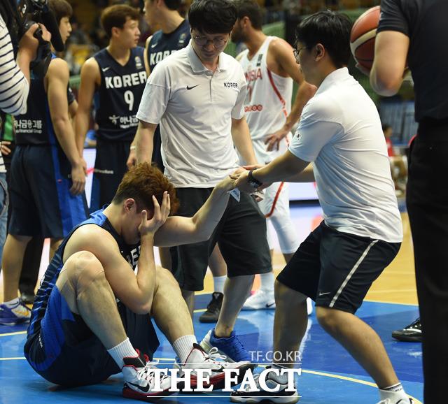 한국 이승현이 눈부상을 당한 뒤 고통스러워하고 있다.