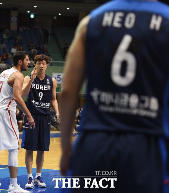 한국 허웅이 동생 허웅과 경기 중 작전을 주고받고 있다.