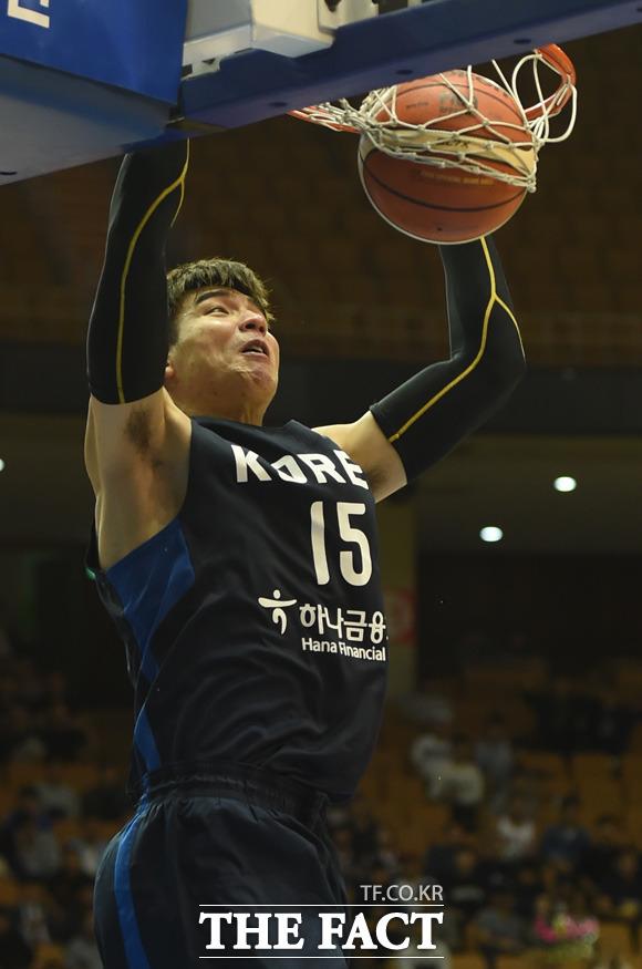 한국 김종규가 투핸드 덩크슛을 터뜨리고 있다.