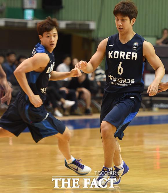 한국 허훈(오른쪽)-웅 형제가 경기에 출전하고 있다.