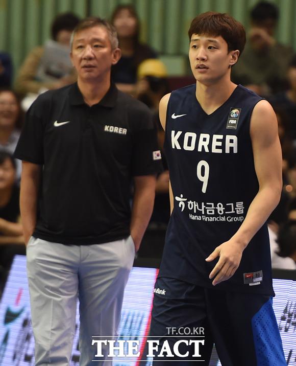 한국 허웅이 아버지가 지켜보는 가운데 출전하고 있다.