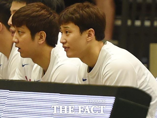 허재 감독의 아들 허웅(오른쪽)-훈이 벤치에서 경기를 지켜보고 있다.
