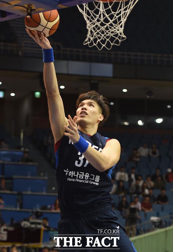 한국 장재석이 골밑슛을 성공시키고 있다.