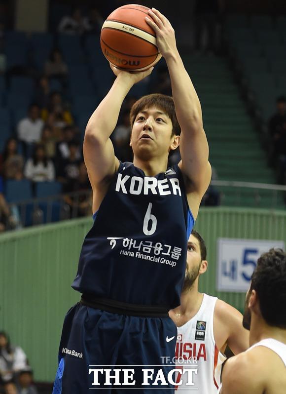 한국 허훈이 튀니지 수비수를 따돌리고 슛을 성공시키고 있다.