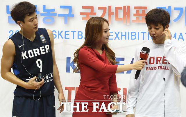 경기 종료 후 형 웅이 동생  훈의 인터뷰를 지켜보고 있다.