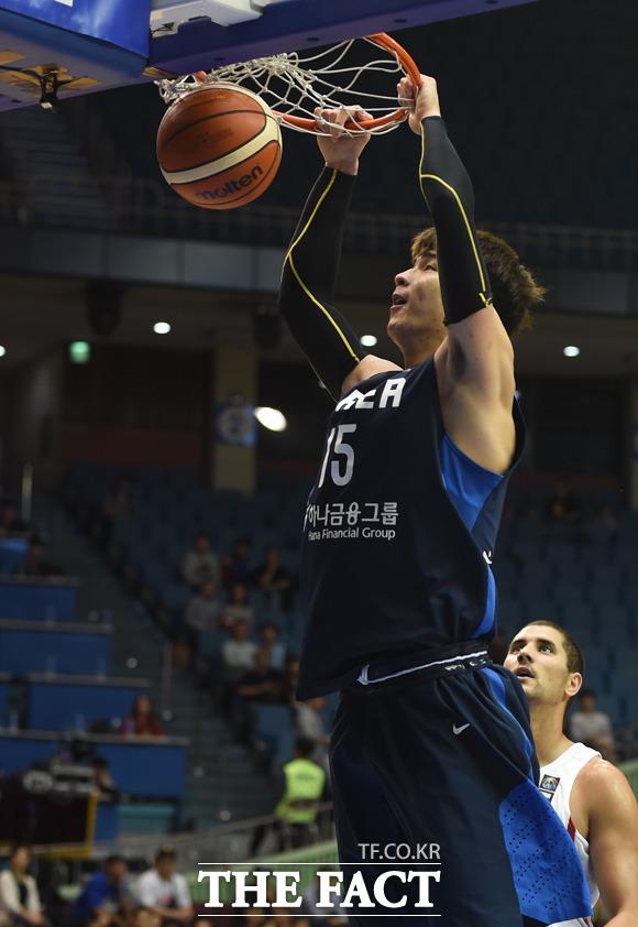 한국 김종규가 호쾌한 덩크슛을 성공시키고 있다.