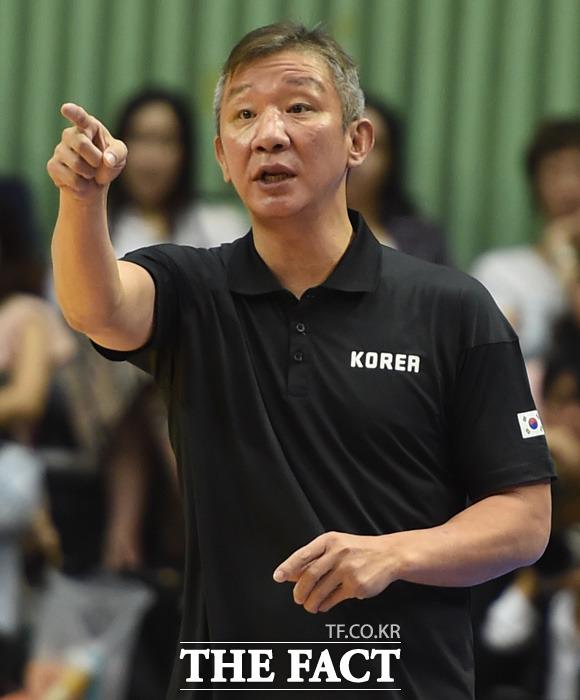 한국 허재 감독이 경기 중 작전을 지시하고 있다.