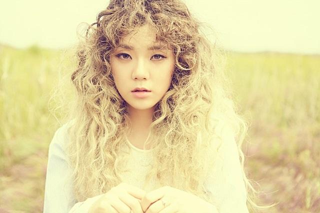 꼬리표를 뗄 순 없지만…. 김주나는 김수현 이복동생이라는 꼬리표에 대해 솔로 가수 김주나로 노력하겠다고 말했다. /뮤직K엔터테인먼트 제공