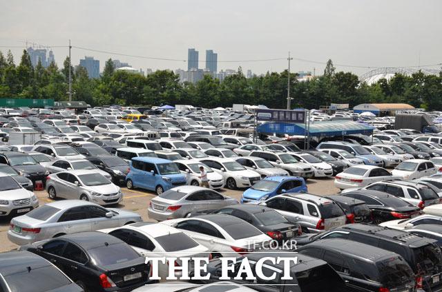 중고차 업계 관계자들은 자동차를 판다면 여름휴가철과 추석 연휴 사이에 판매해야 제값을 받을 수 있다고 조언한다. /더팩트 DB