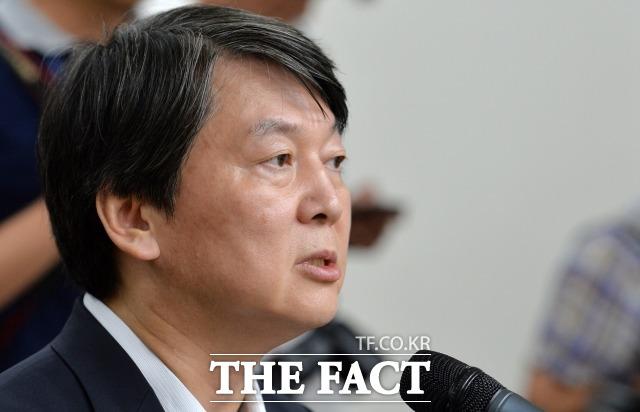 안철수 전 국민의당 상임공동대표는 지난 13일 SBS CNBC 제정임의 문답쇼 힘에 출연해 비박(비박근혜)·비문(비문재인) 세력에게 공개적으로 러브콜을 보냈다./문병희 기자