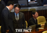 [TF포토] 정진석-박지원, '심각한 대화'