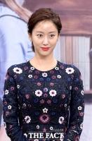[TF포토] 전혜빈, '미소는 살짝'…화려함 속 숨겨진 차가운 매력