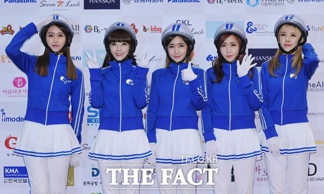 데뷔하는 기분 엘린(왼쪽에서 다섯 번째)은 오랜만에 컴백해 다시 데뷔하는 기분이 든다고 말했다. /더팩트 DB