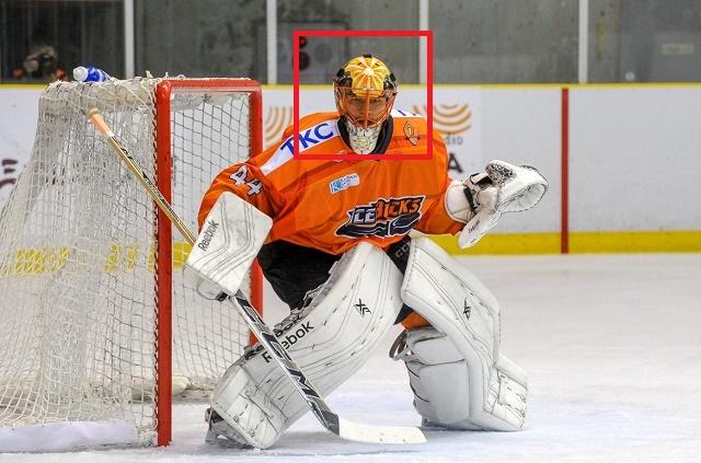 욱일기 논란! 아시아 선수 처음으로 NHL에 진출했던 일본 후쿠후지가 제국주의를 상징하는 욱일기가 페인팅 된 헬멧을 쓰고 경기에 출전해 논란을 낳고 있다. / 닛코 아이스벅스 페이스북 캡처