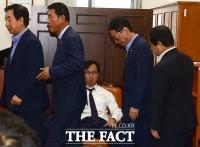[TF포토] 김영우 국방위원장, 감금 해제...동료들이 말려도 '국감 참여'