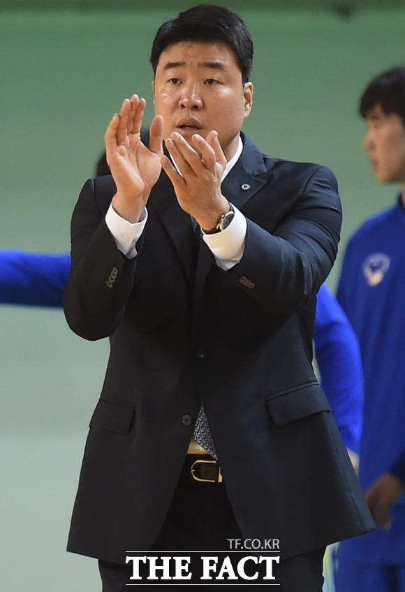 연세대 은희석 감독이 박수를 치며 선수들을 격려하고 있다.