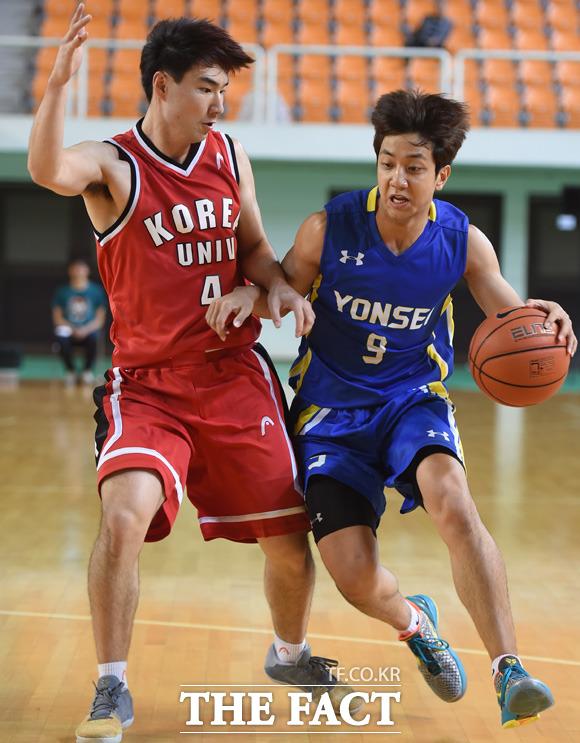 연세대 허훈이 고려대 김낙현의 마크를 뚫고 돌파를 하고 있다.