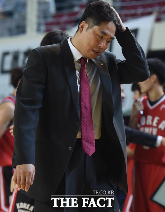 연세대에 패한 고려대 강병수 감독이 아쉬운 표정을 보이며 경기장을 빠져 나가고 있다.