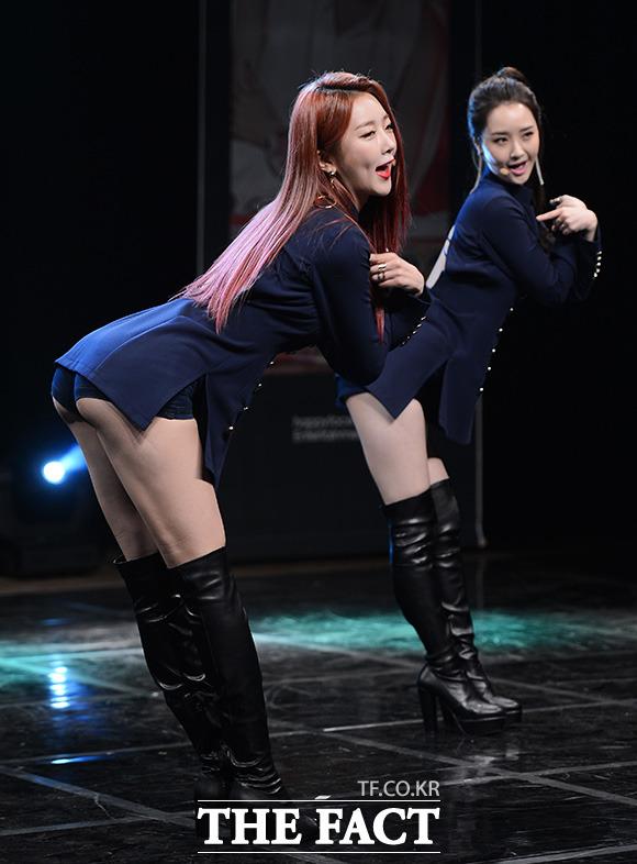 달샤벳의 수빈(왼쪽)과 우희가 28일 오후 서울 강남구 청담동 일지아트홀에서 열린 10번째 미니앨범 FRI.SAT.SUN 쇼케이스에서 화려한 댄스를 펼치고 있다. /이덕인 기자