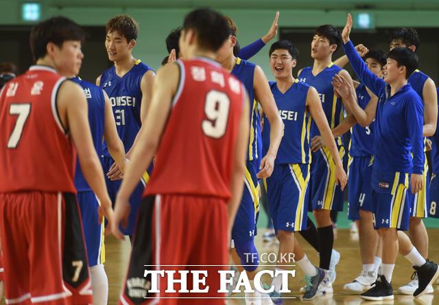 연세대가 82-79로 고려대를 누르고 1차전에 승리한 가운데 경기 종료 후 선수들이 기뻐하고 있다.