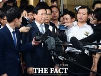 [TF포토] 착잡한 표정으로 법정 들어서는 신동빈 롯데그룹 회장