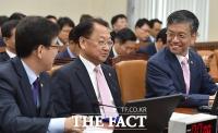 [TF포토] 유일호 부총리, 차관들과 '여유있는 대화'
